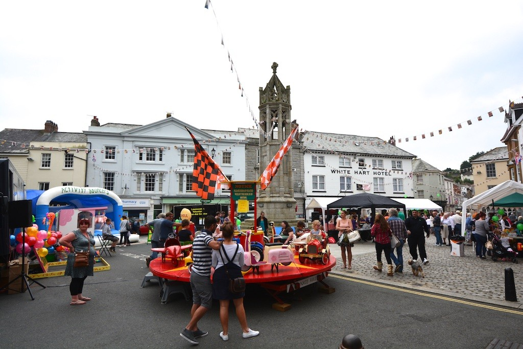 Round-about the Town Square on the Festival Saturday